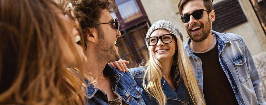 4 smiling people laughing wearing ESSILOR glasses